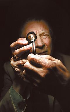 Aito Koskinen on koulutukseltaan kultaseppä ja gemmologi. Hän pystyy arvioimaan muun muassa jalokivien laadun. Koskinen tekee myös aitoustodistuksia jalokivistä, koruista ja kelloista.